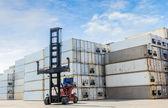 Vysokozdvižný vozík pro manipulaci s kontejnery box v práci