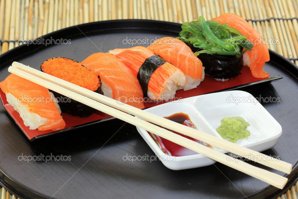 Salm o camar o sushi de alga na bandeja fotografias de stock kung mangkorn 40962545 - Bandejas para sushi ...