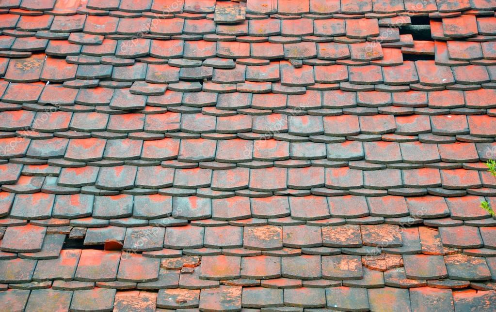 Oude en gebroken rode tegels u stockfoto okcid