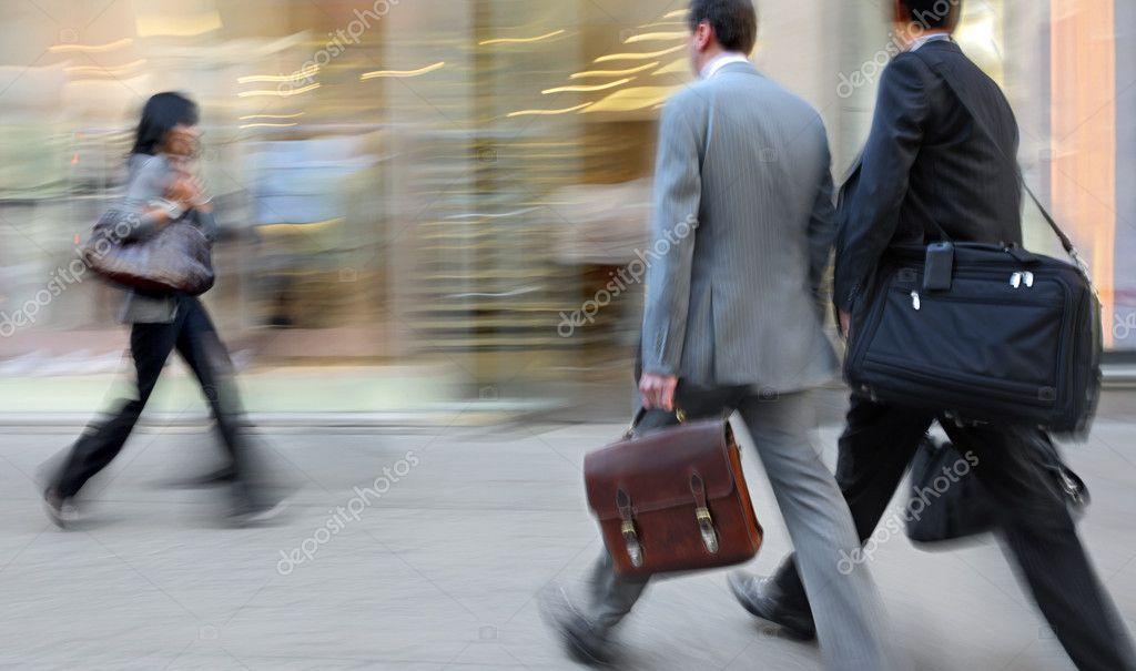 caminan por la calle descargar itunes