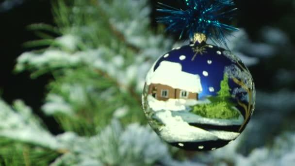 zblízka vánoční koule na větev stromu jedle