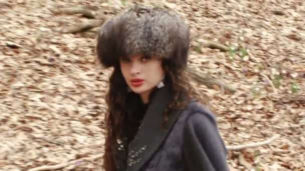žena chodí po cestě plné spadaného listí