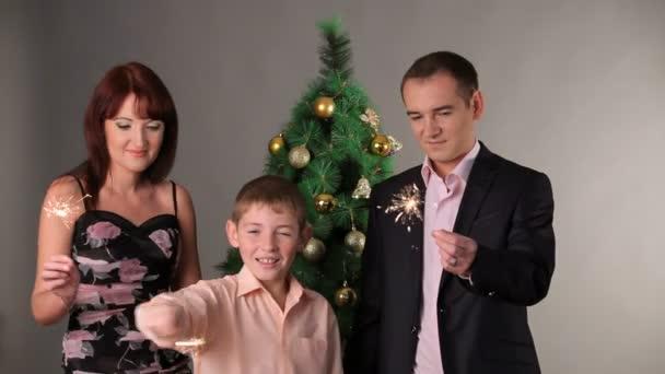 šťastná rodina s prskavky