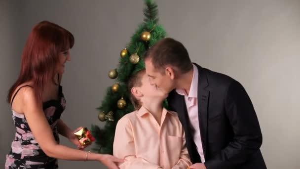 freundlichen Familie in der Nähe von Weihnachtsbaum
