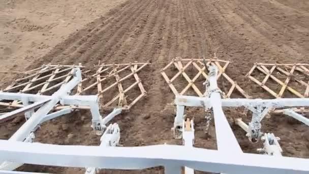 traktor v práci na zemědělské půdě