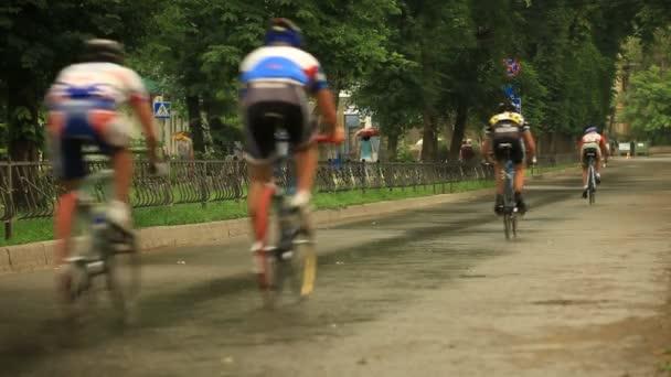tři cyklisté racing v ulici