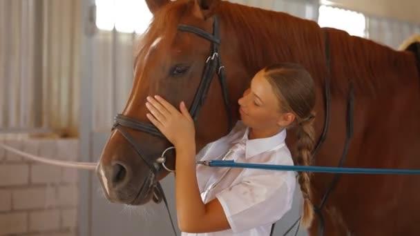 Mädchen streichelt ihr Pferd