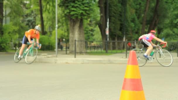 Fahrrad Fahrer Die Eingabe Von Links Abbiegen Stockvideo