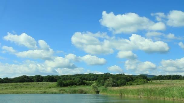 Cloudscape nad jezerem