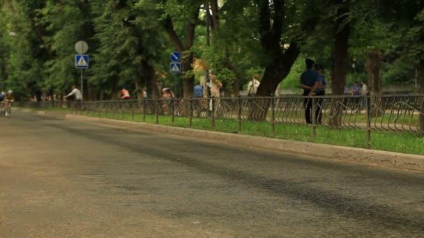 Cyklisté závodění v ulicích města