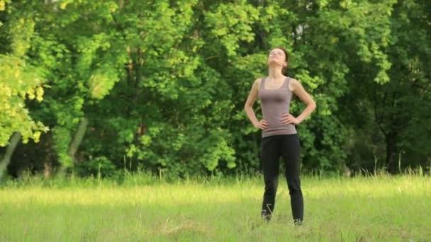 mladá atraktivní žena dělat cvičení v parku
