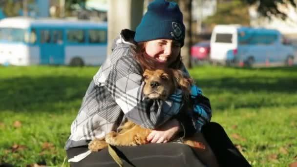 šťastná dívka hladila její pes venku