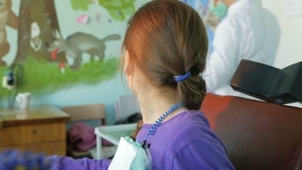 kleine Mädchen und Zahnarzt