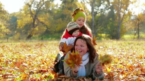Rodina v podzimním parku