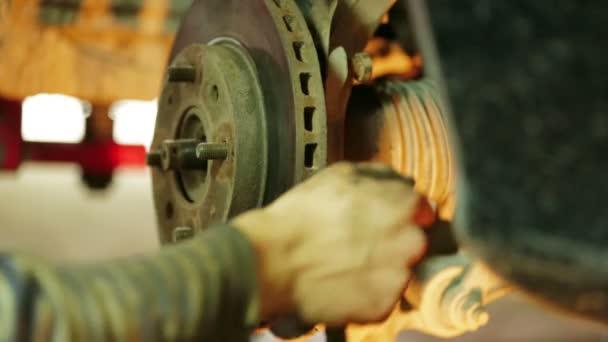 mechanik operátor s auto brzdového kotouče