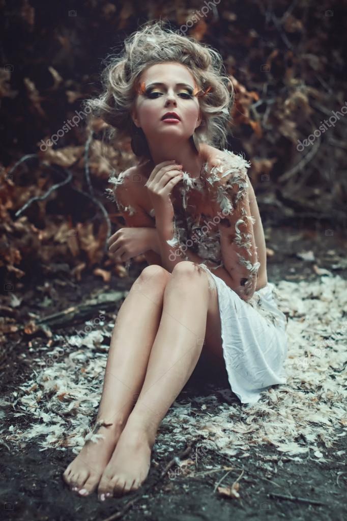 Hermosa chica desnuda en un bosque — Foto de stock