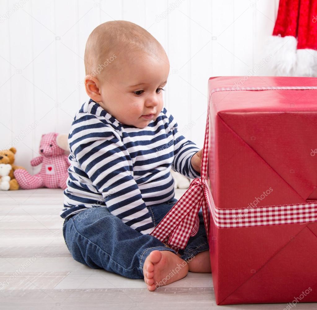Babykleding Eerste Kerst.Eerste Kerst Baby Uitpakken Een Cadeautje Stockfoto C Jeanette