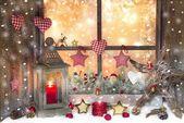 červená Vánoční dekorace s lucernou na okenním parapetu s dřevem