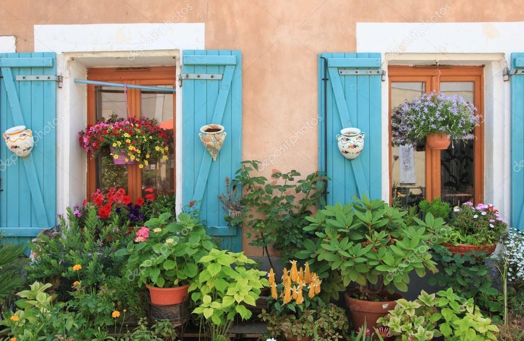 flores e plantas para decorar o exterior da casa u fotografia de stock