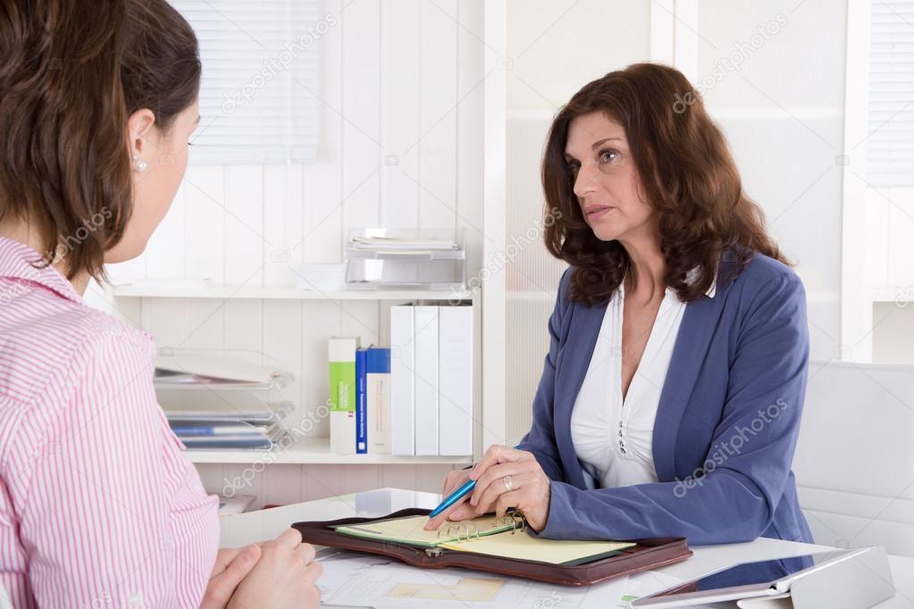 Recrutement : femme daffaires deux assis dans le bureau