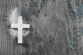 Bílý Kříž s pérem na staré rustikální pozadí