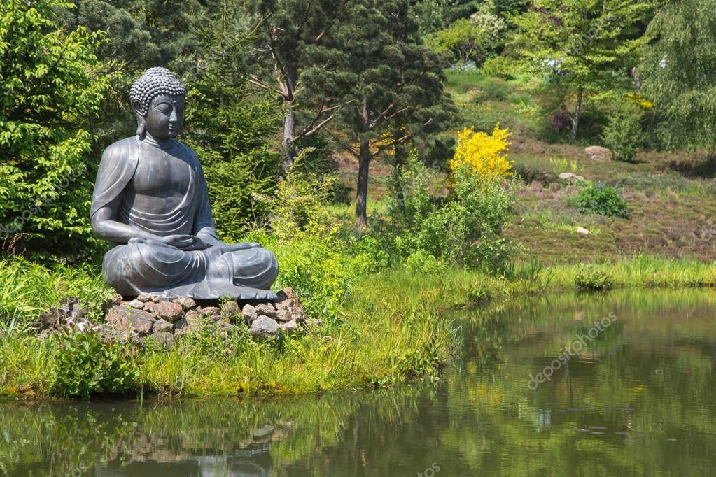 gro e buddha statue neben gartenteich stockfoto jeanette dietl 46688979. Black Bedroom Furniture Sets. Home Design Ideas