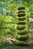 Piramide di pietra di ciottoli - concetto per potenza, energia, vita, zen