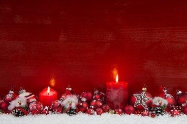"""Картина, постер, плакат, фотообои """"красный деревянный рождественский фон с двумя горящими свечами ."""", артикул 50141621"""