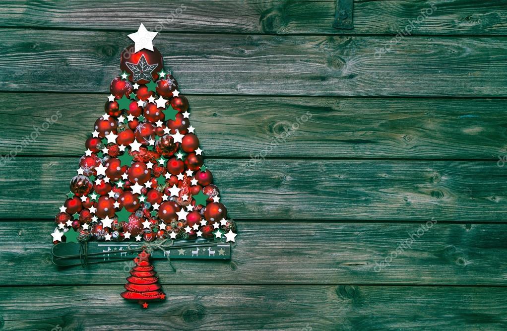 Kerstdecoraties Met Rood : Kerstdecoratie in rood en groen: boom van ballen op houten b