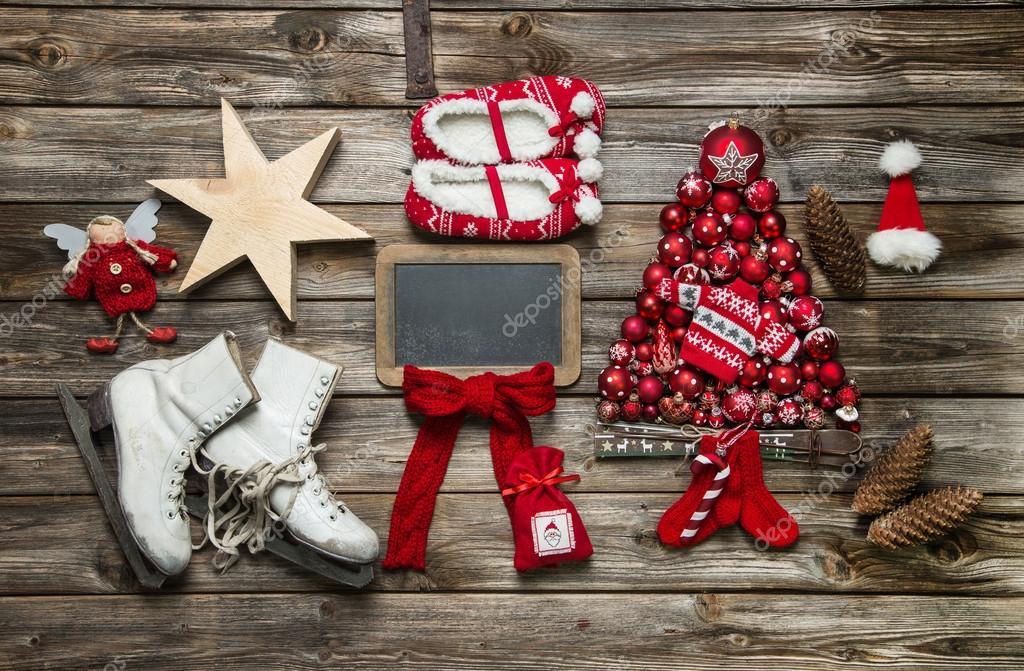 Klassieke decoratie van kerstmis in rood en wit met hout