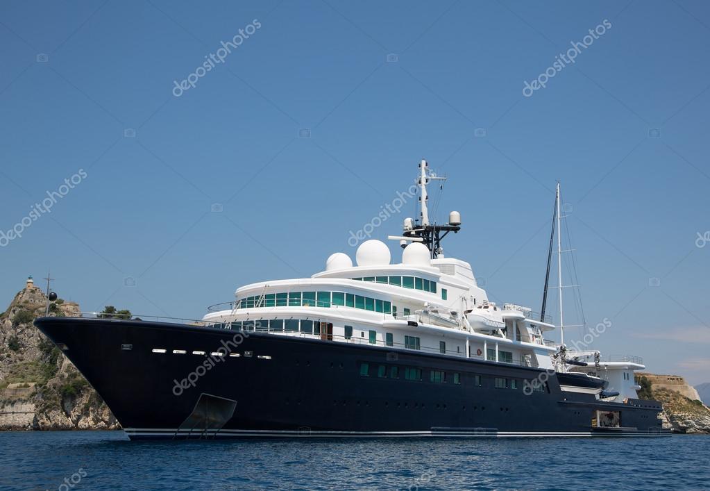 yacht de luxe gigantesque de grand et gros avec voilier et helicopte photo 50909913. Black Bedroom Furniture Sets. Home Design Ideas