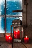 atmosfera natalizia: quattro candele rosse nella finestra
