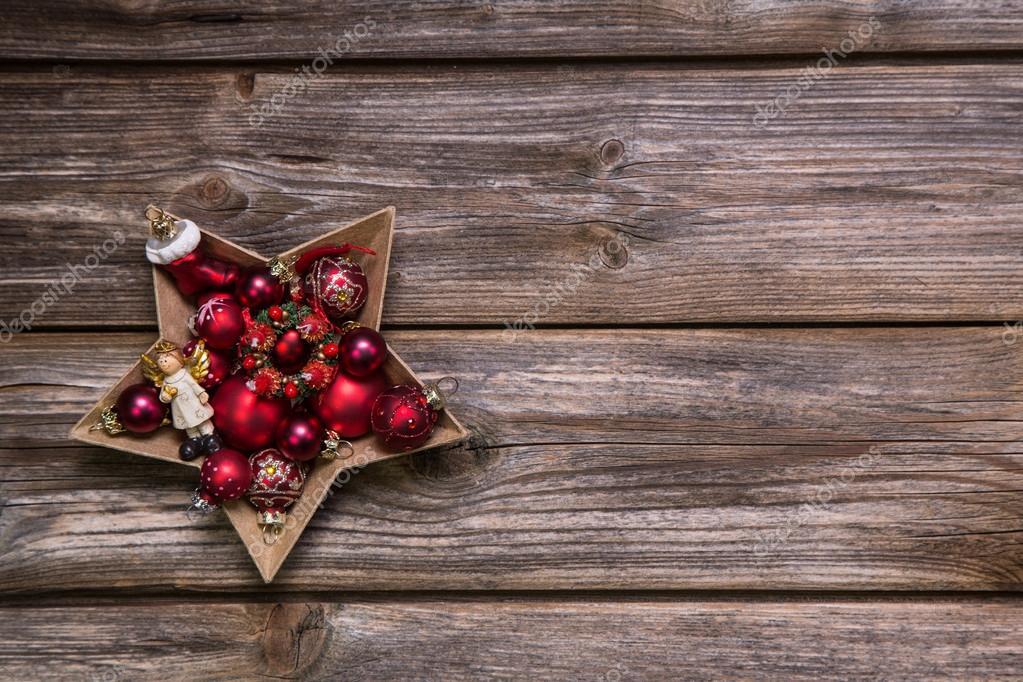 alte rustikale Weihnachten Hintergrund mit roten Advent Bälle wie ...