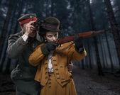 Fotografie ein deutscher Soldat mit der Dame auf der Jagd im Wald