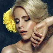 Krásná blondýnka dotýká její obličej