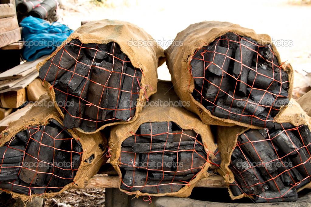 Cocinar Con Leña   Carbon De Lena Para Cocinar Fotos De Stock C Vichly 43048197
