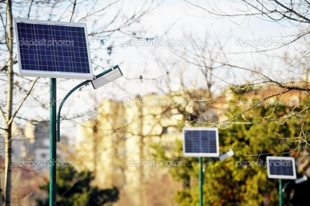 Fotovoltaico illuminazione pubblica in un parco u foto stock