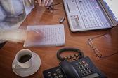 detail ženské zápis poznámek v poznámkovém bloku rychle v programu Poznámkový blok v kanceláři