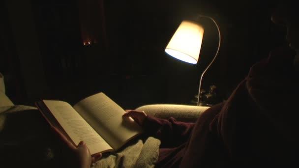 žena čte knihu