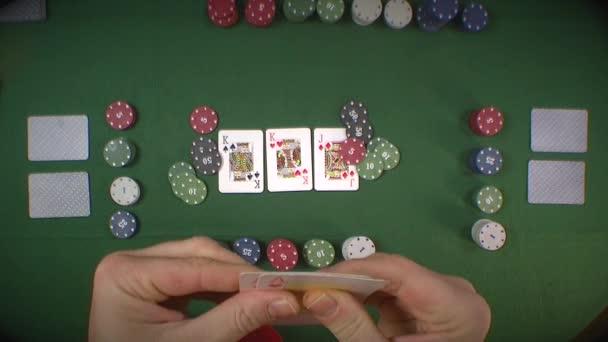 člověk hraje poker