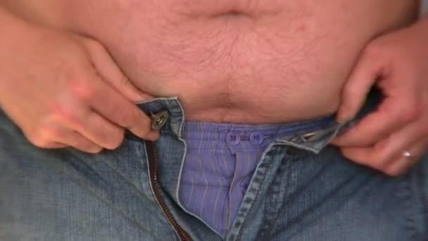 obézní muž zatčení příliš malé oblečení
