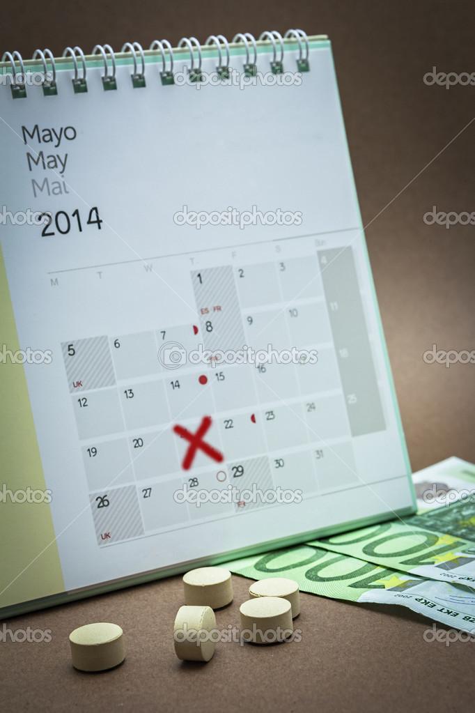 píldoras anticonceptivas en un calendario — Foto de stock ...