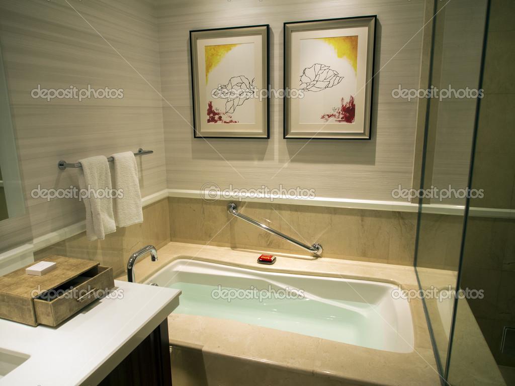 Vasca Da Bagno Kuvet : Pronti per il bagno vasca da bagno riempita di acqua u foto stock