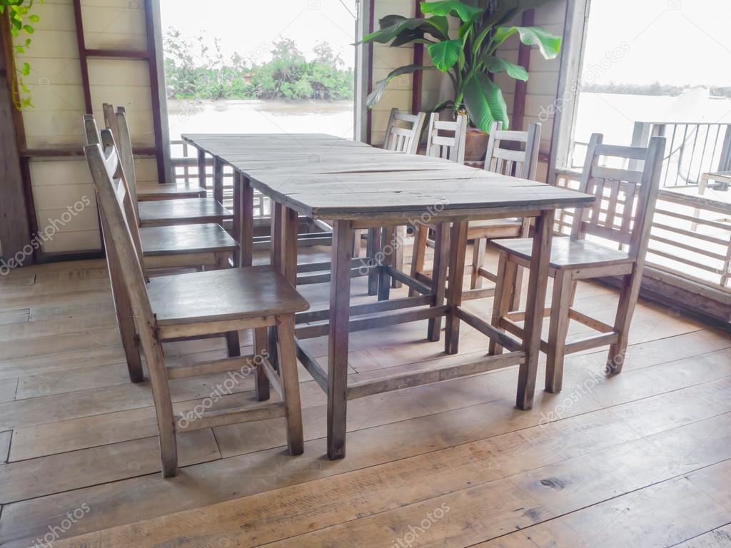 mesa de comedor de madera antiguos — Fotos de Stock © P.Kanchana ...