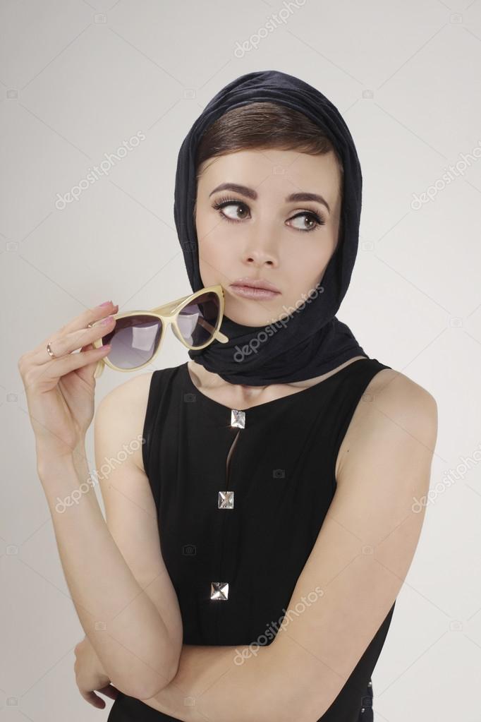 recherche de liquidation grand choix de 2019 100% authentifié Brune belle femme avec des lunettes de soleil comme audrey ...