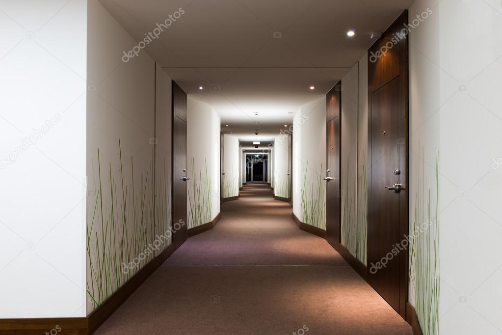 Lange hotel gang met deuren en groen gras behang u stockfoto