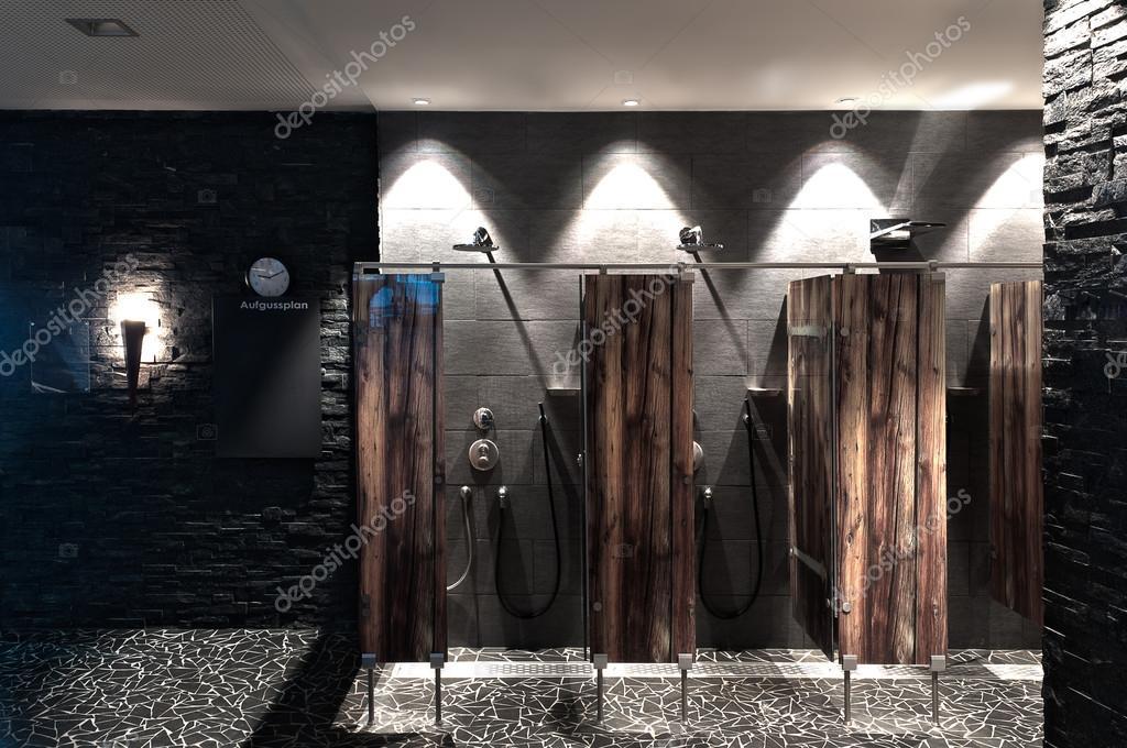 Moderne Dusche In Einem Schwimmbad Mit Optischen Hölzerne Plexi ... Glastrennscheibe Dusche Modern