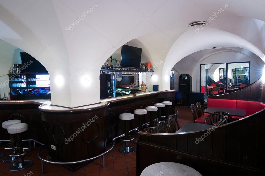 Pub club di notte con archi e sgabelli da bar u foto stock