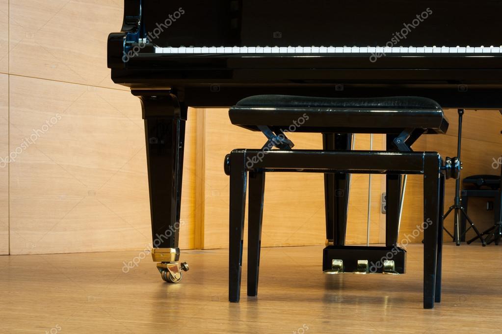 Parte di pianoforte con sgabello di musica al piano in legno