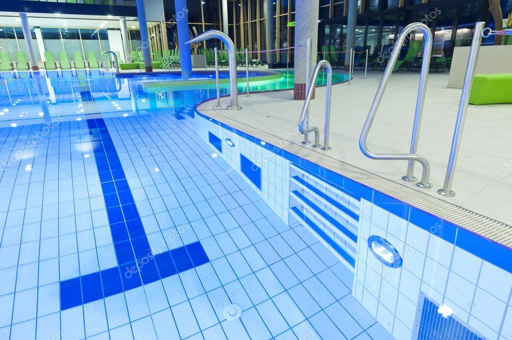 Piastrelle piscina con chiara acqua e luci con divani - Losas para piscinas ...
